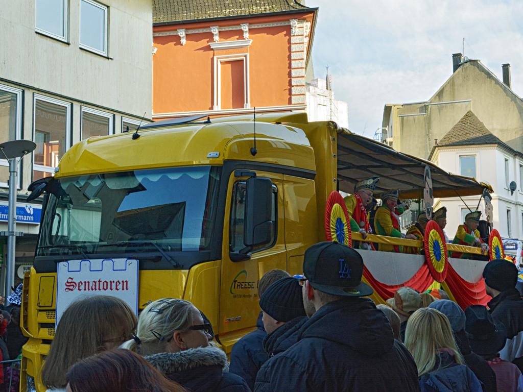 Ein LKW der Treese Logistik als Umzugswagen auf dem Mendener Karneval